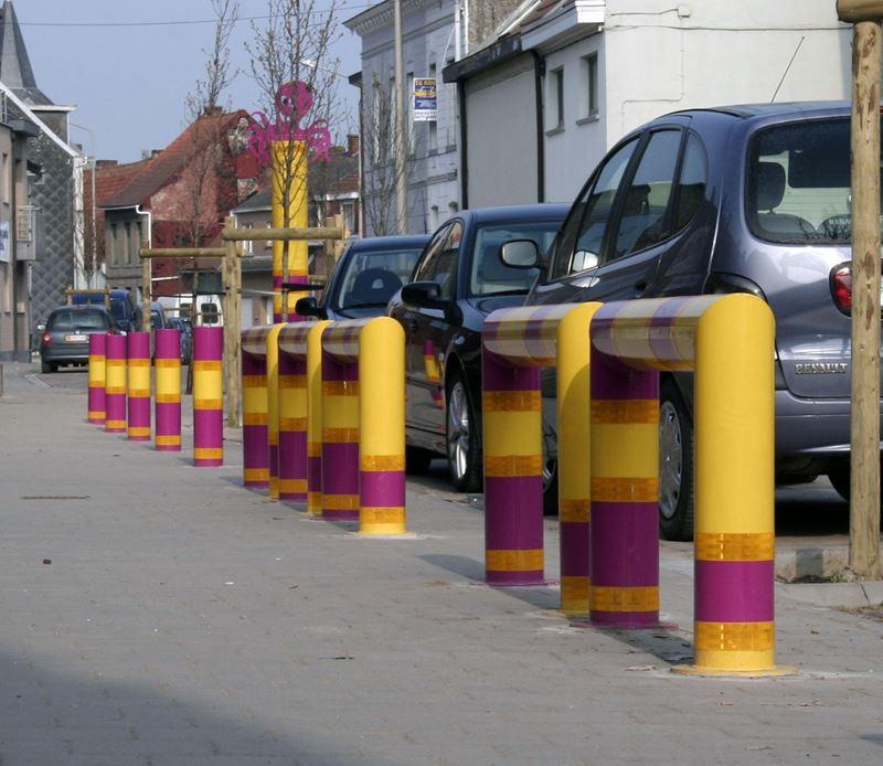 Multi-colour traffic brackets